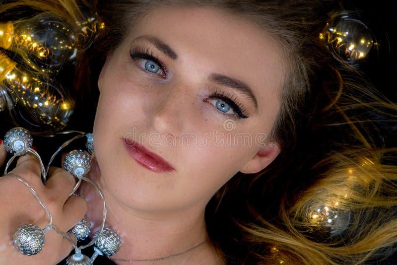 Młoda kobieta otaczająca światłami fotografia royalty free