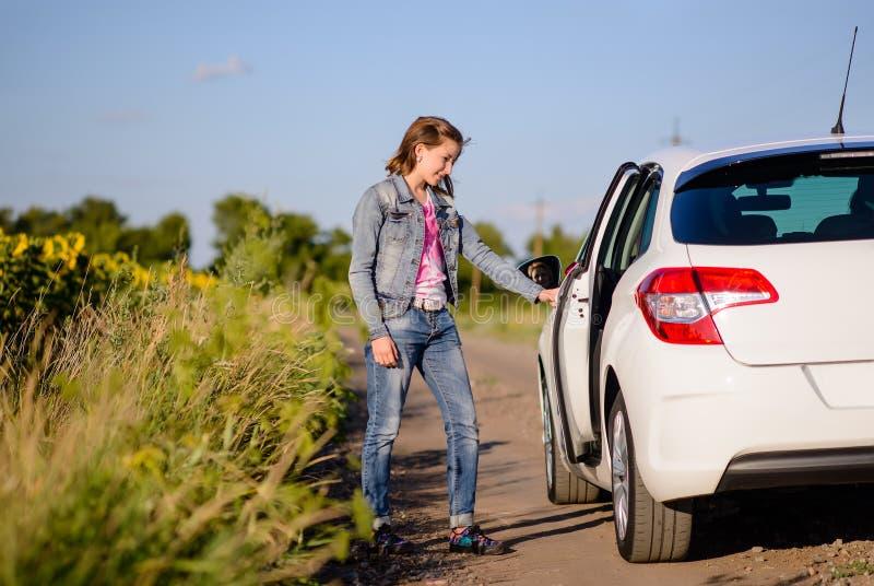Młoda kobieta otwiera samochodowego drzwi zdjęcia royalty free