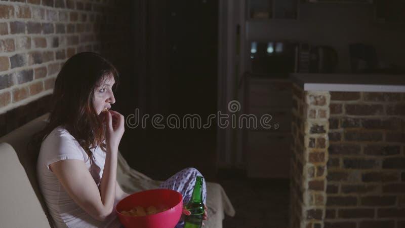 Młoda kobieta płacz przed TV i pić winem zdjęcia royalty free