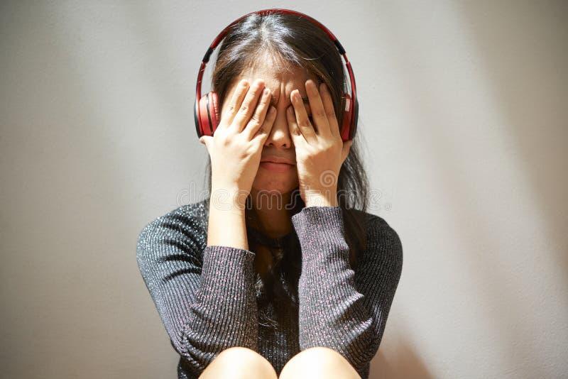 Młoda kobieta płacze samotnie zdjęcia royalty free
