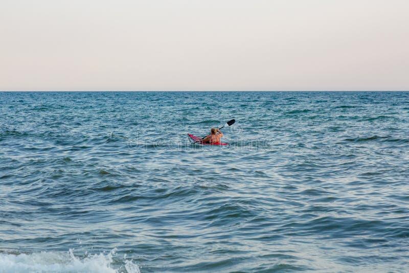 Młoda kobieta paddling dennego kajaka aktywnego wakacje obrazy stock
