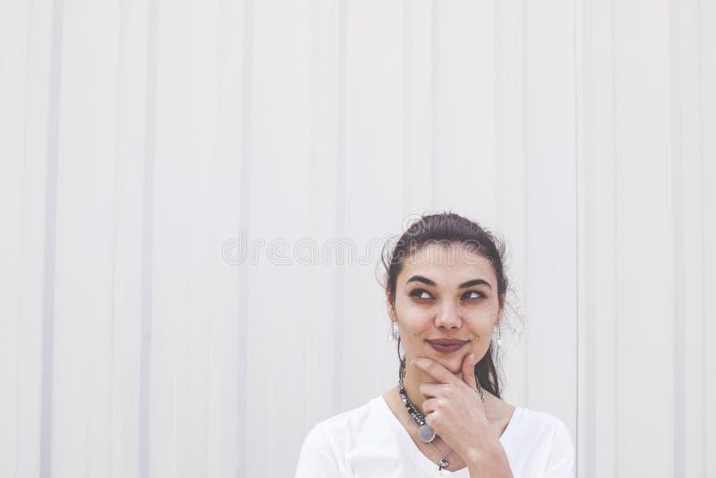 Młoda kobieta patrzeje chytry upwards fotografia royalty free