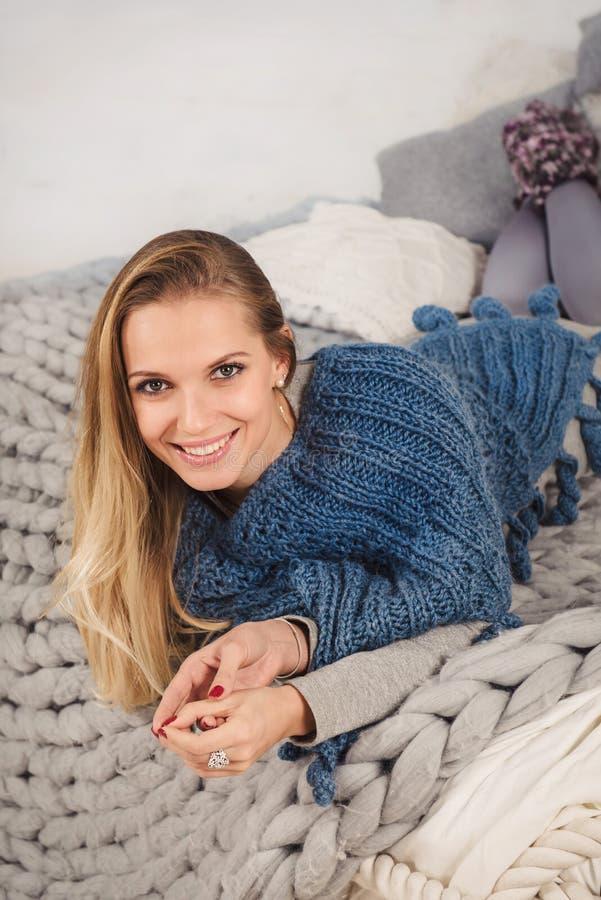 Młoda kobieta patrzeje kamery lying on the beach na łóżku obraz royalty free