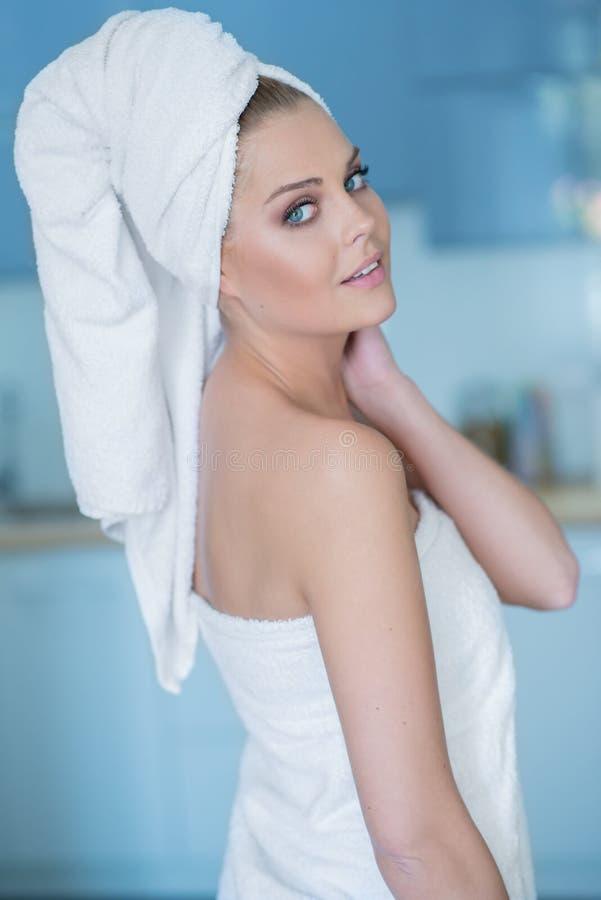 Młoda Kobieta Patrzeje Nad ramieniem w Kąpielowym ręczniku zdjęcia stock