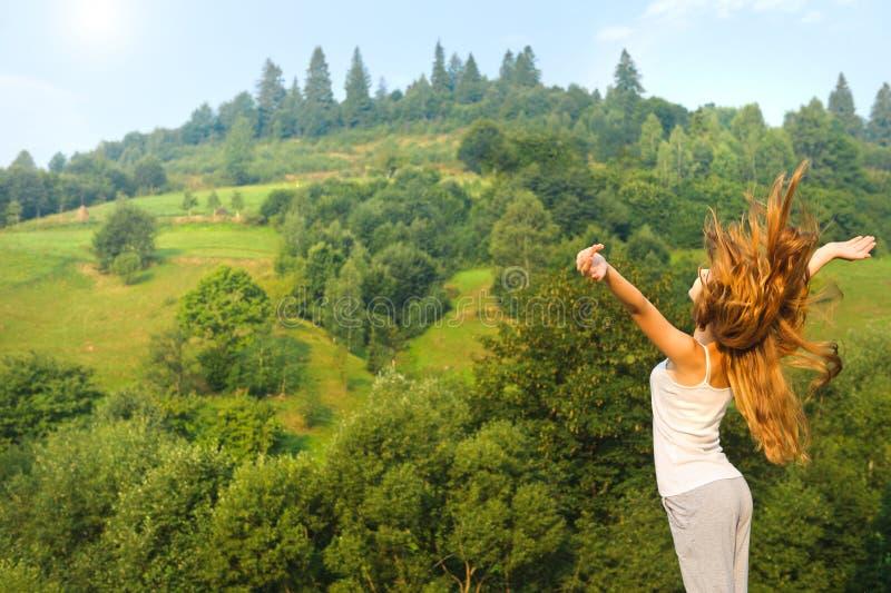 Młoda kobieta patrzeje niebo w górze obraz royalty free