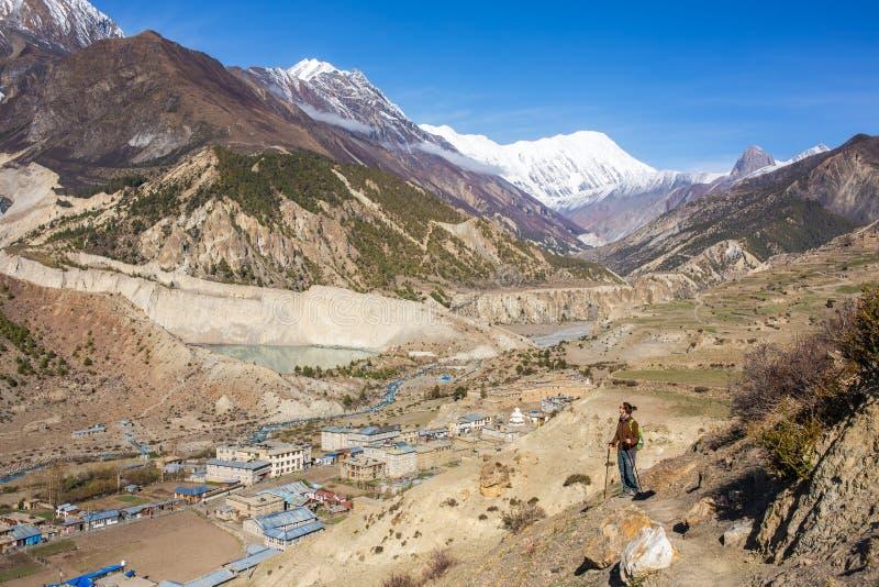 Młoda kobieta patrzeje pięknego góra krajobraz obraz stock