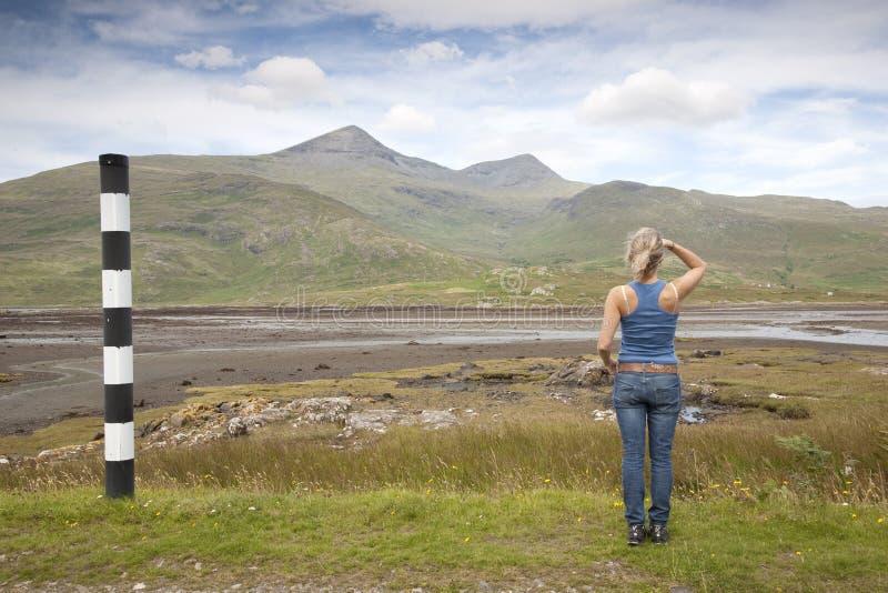 Młoda Kobieta patrzeje w kierunku góry obraz royalty free