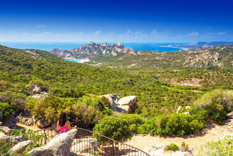 Młoda kobieta patrzeje w kierunku Roccapina plaży, Corsica, Francja, Europa obraz royalty free