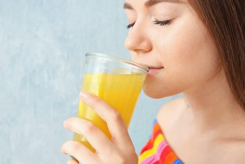Młoda kobieta pije cytryna sok fotografia royalty free