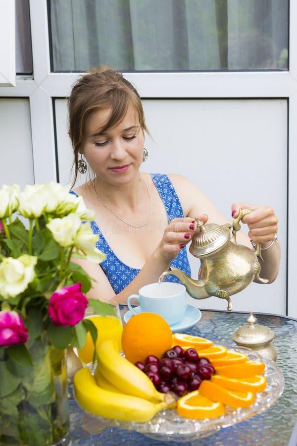 Młoda kobieta pije herbaty outdoors obrazy royalty free