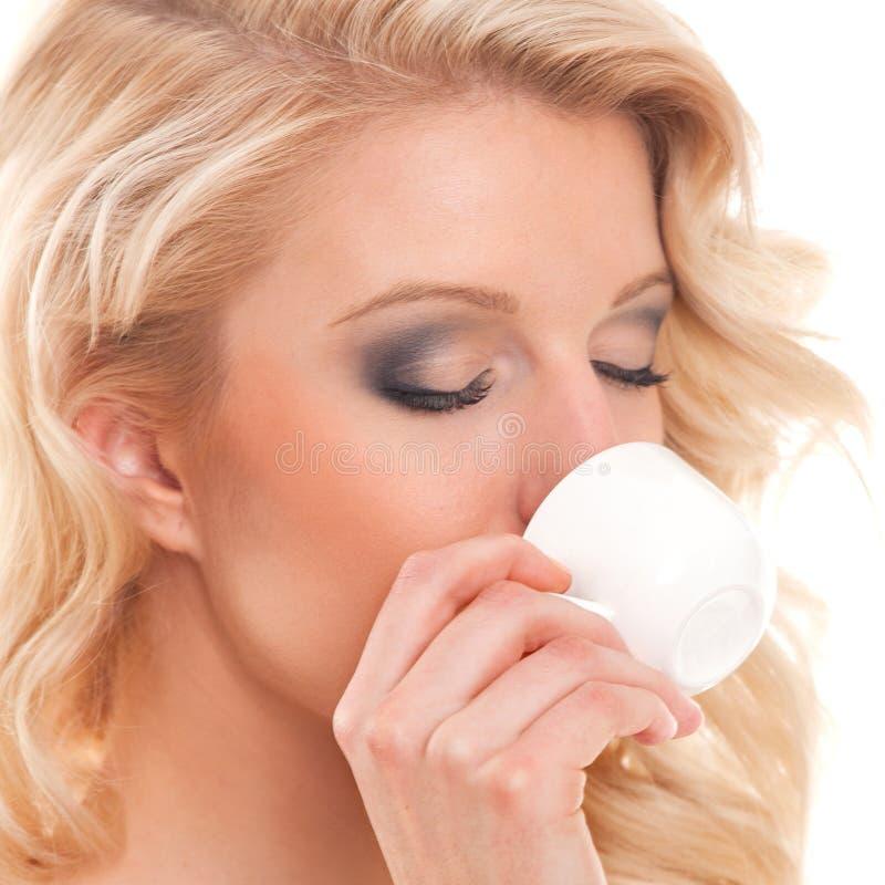 Młoda kobieta pije kawę espresso fotografia stock