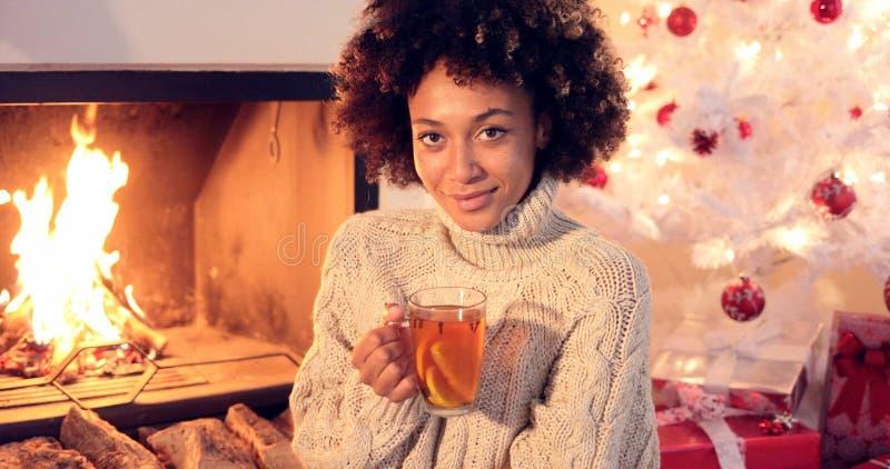 Młoda kobieta pije korzennej cytryny herbaty obrazy royalty free