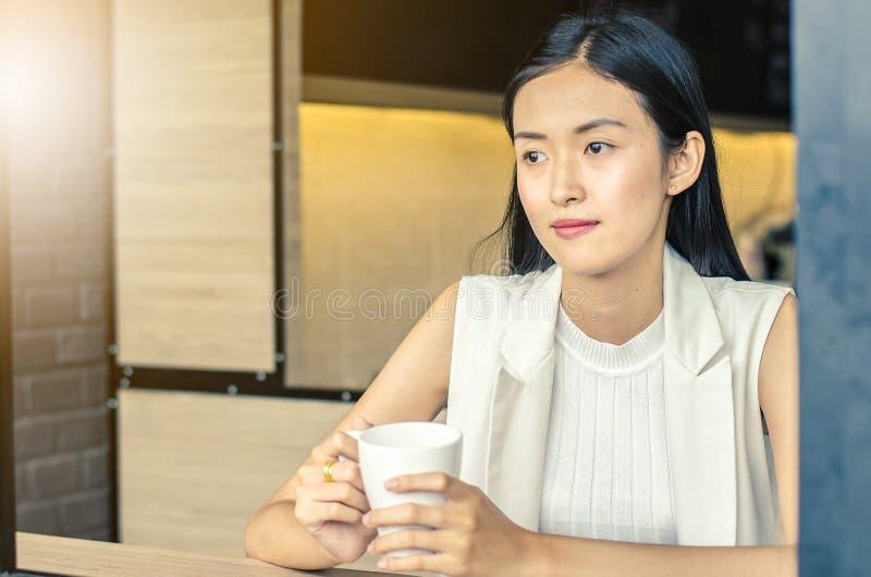 Młoda kobieta pije relaksującą kawę fotografia royalty free