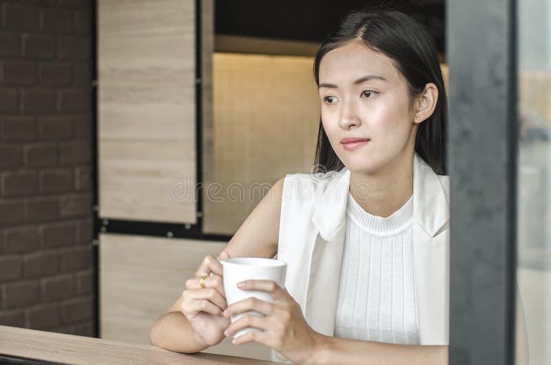 Młoda kobieta pije relaksującą kawę obrazy stock