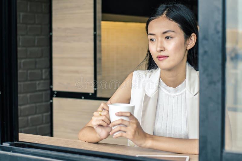 Młoda kobieta pije relaksującą kawę zdjęcie royalty free