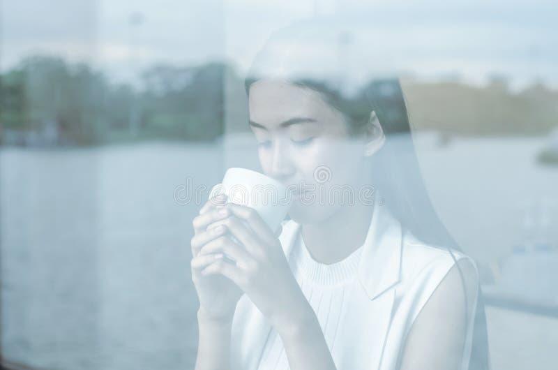 Młoda kobieta pije relaksującą kawę obraz stock