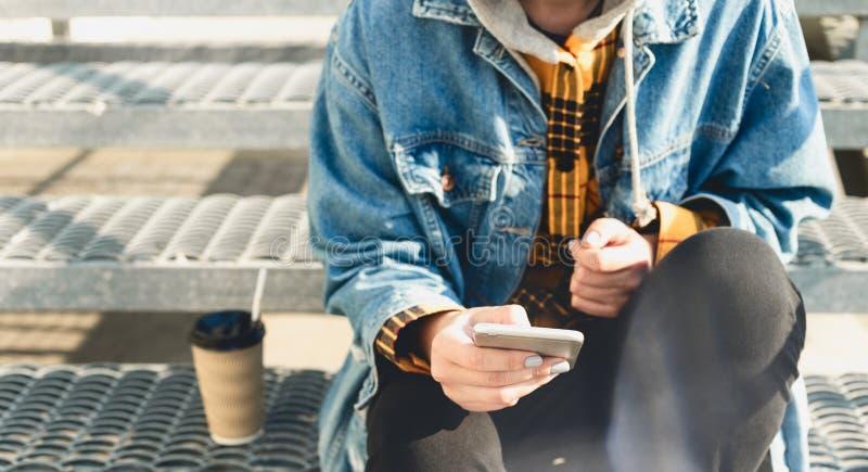 Młoda kobieta pisząca SMS-y na schodach miasta fotografia stock