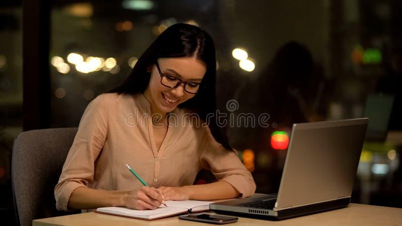 M?oda kobieta pisze pomys?ach w notatnika, my?le? fabu?? ksi??ka, inspiracja zdjęcia royalty free