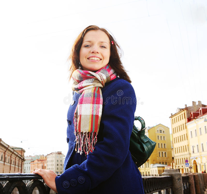 Młoda kobieta plenerowa na moscie zdjęcia stock