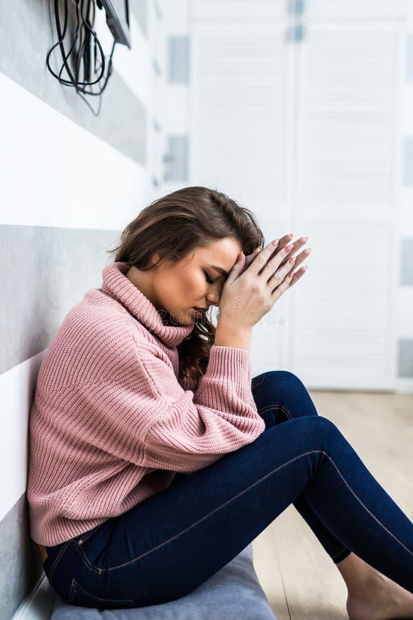 Młoda kobieta po płaczu obsiadania na whte podłoga w depresji w domu Kobiety obsiadanie samotny i przygnębiony Depresji kobieta s obraz stock