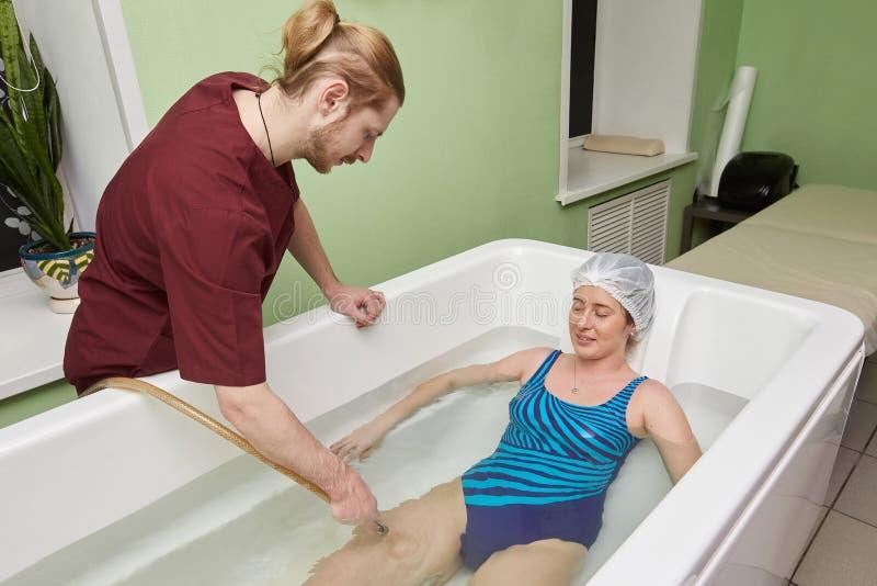 Młoda kobieta podczas hydromassage w piękno zdroju salonie zdjęcia royalty free