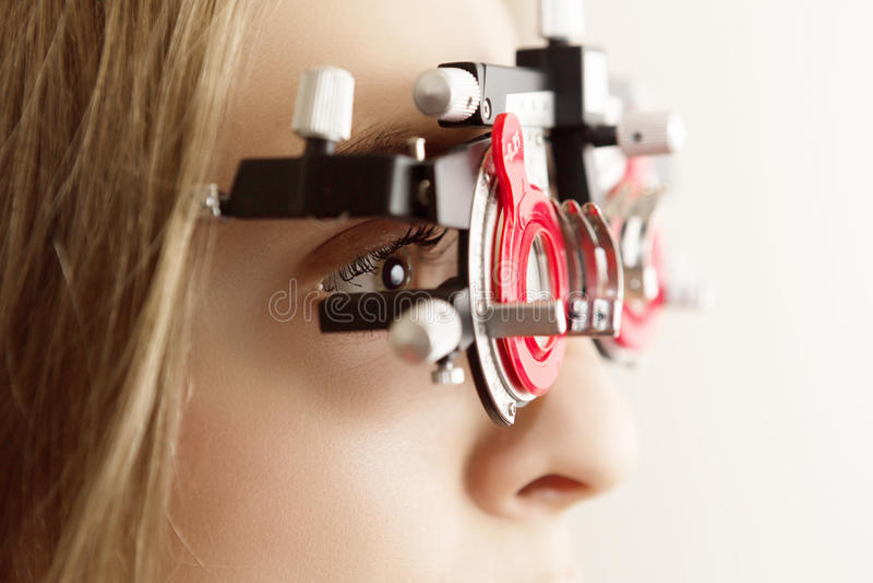 Młoda kobieta podczas oko egzaminu fotografia stock