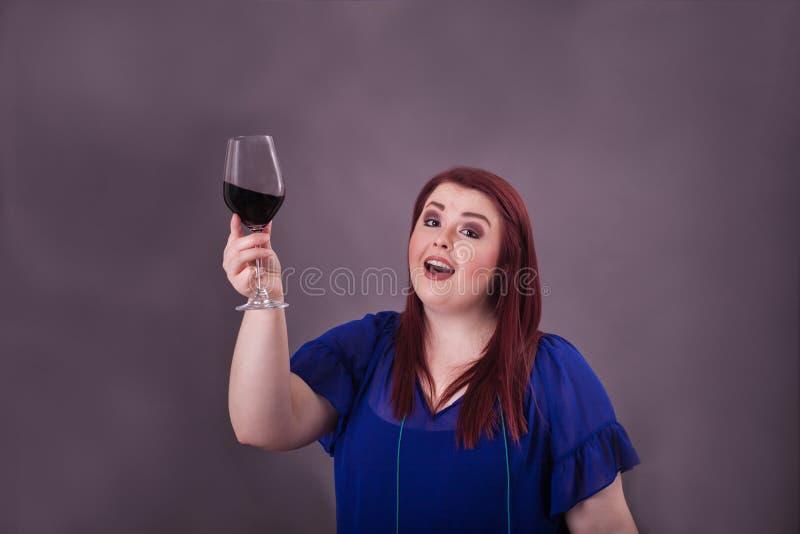 Młoda kobieta podnosi szkło daje grzance czerwone wino obrazy royalty free