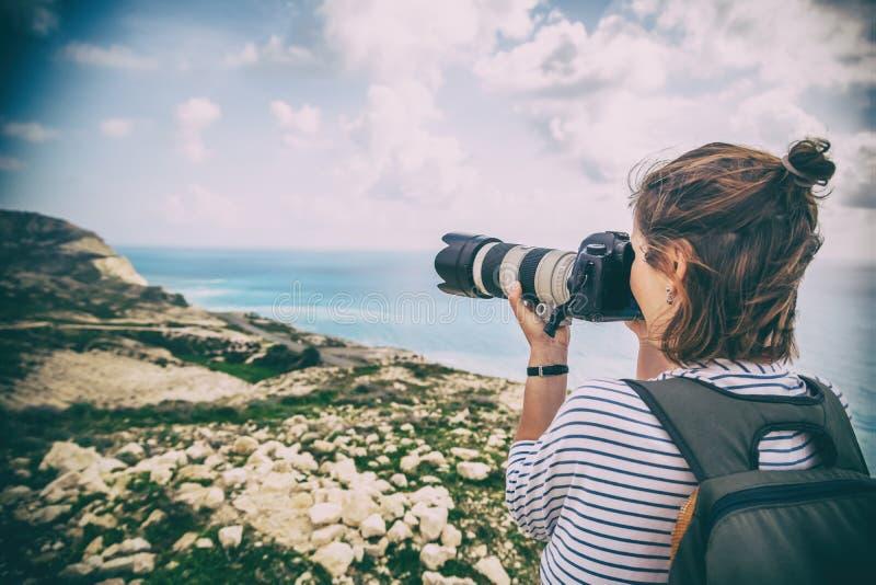 Młoda kobieta podróżnik i bierzemy obrazek obraz stock