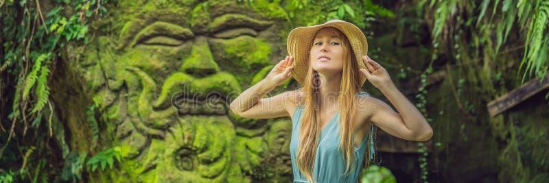 Młoda kobieta podróżnik w balijczyka ogródzie przerastającym z mech Podróżuje Bali pojęcia sztandar, DŁUGI format zdjęcie royalty free