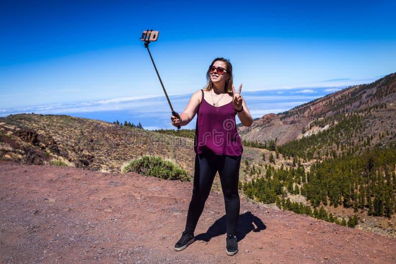 Młoda kobieta podróżnik w okularach przeciwsłonecznych robi selfie z widokiem t obraz stock