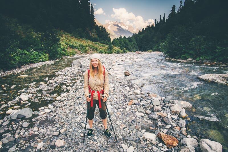 Młoda Kobieta podróżnik z plecak rzeki skrzyżowaniem zdjęcie royalty free