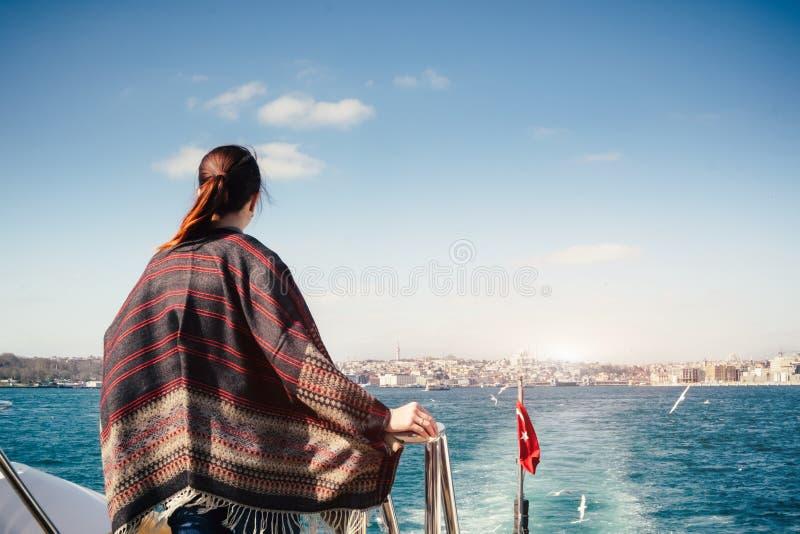 Młoda kobieta podróżuje w Istanbuł i cieszy się pejzażu miejskiego widok zdjęcie stock