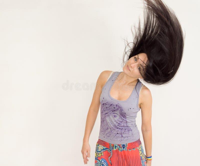 Młoda kobieta podrzuca jej włosy obrazy royalty free
