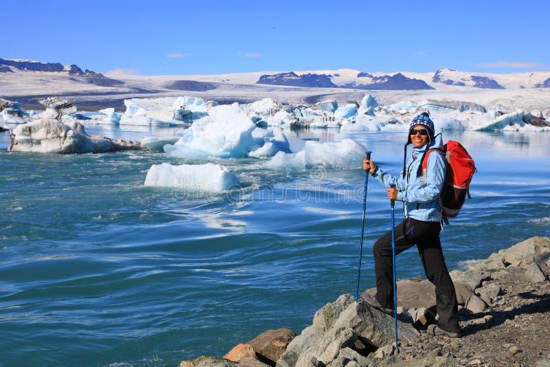 Młoda kobieta podziwia piękno glacjalna laguna Jokulsarlon fotografia stock