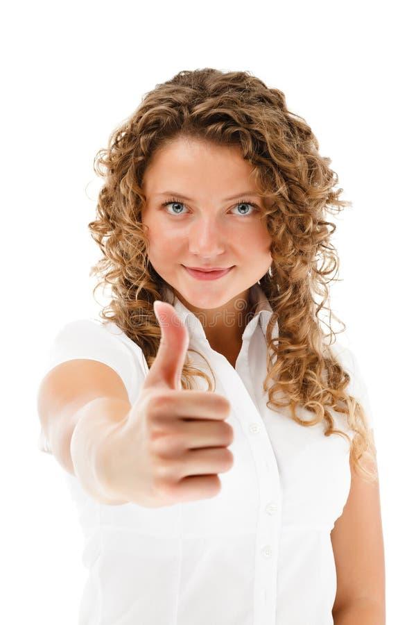 Młoda kobieta pokazuje OK znaka odizolowywającego na białym tle zdjęcia royalty free