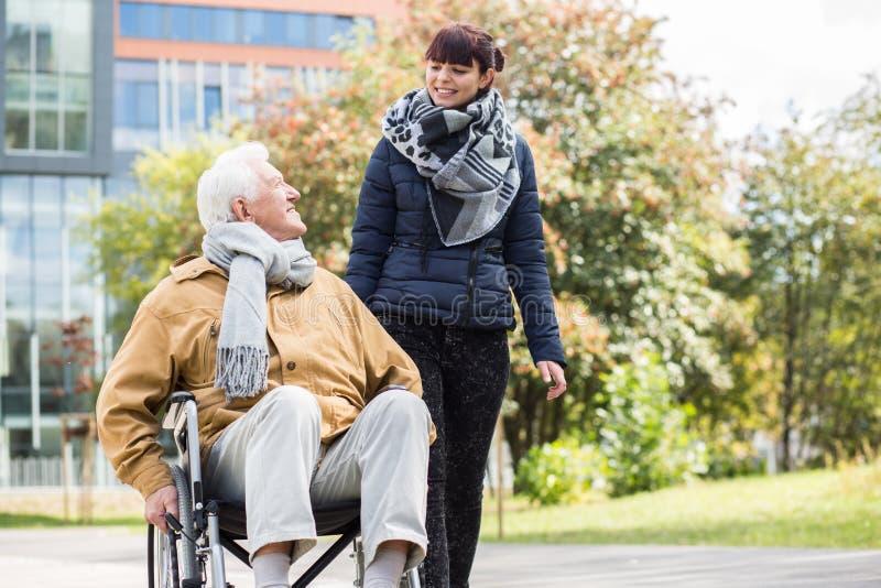 Młoda kobieta pomaga niepełnosprawnego krewnego zdjęcia royalty free