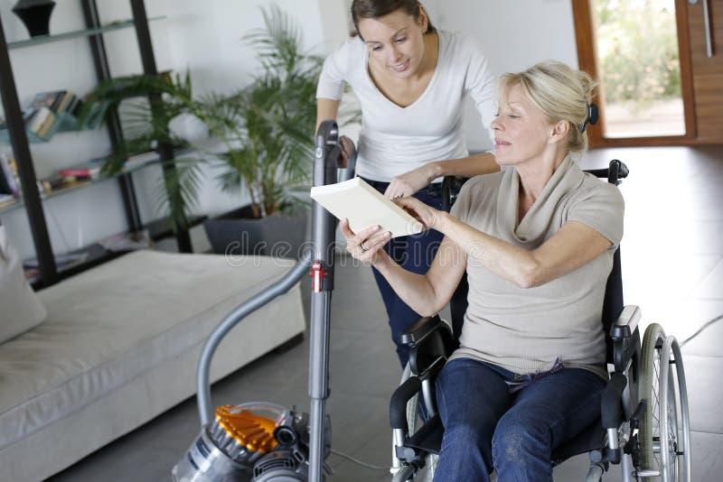 Młoda kobieta pomaga niepełnosprawnej damy zdjęcia stock