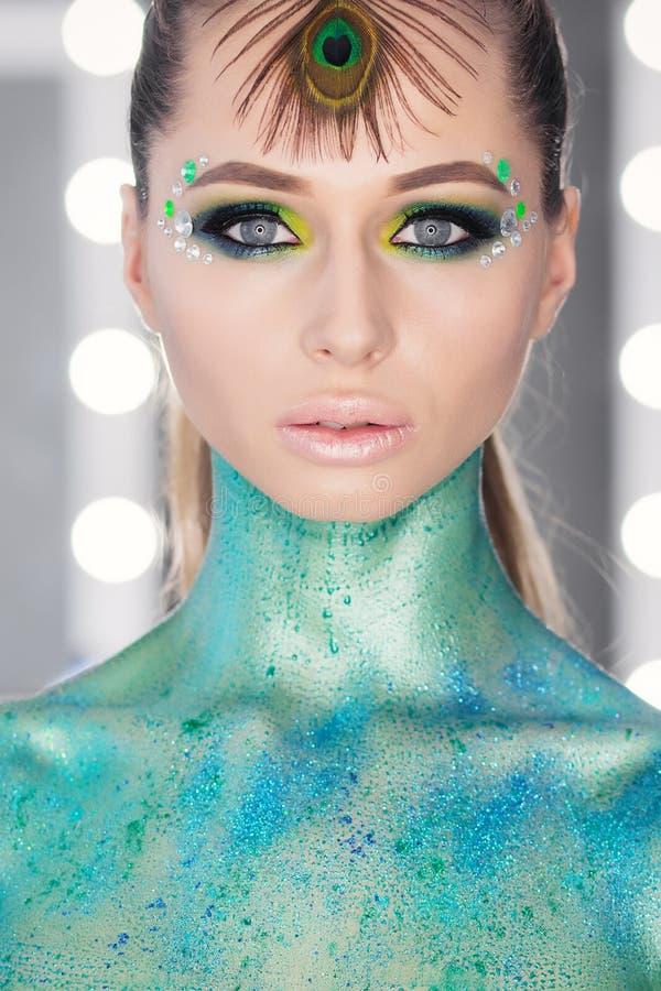 Młoda Kobieta portret Kształta i napadu ciała piękna pracowniany krótkopęd Perfect makeup na pięknej twarzy bielu model z blondyn zdjęcie royalty free