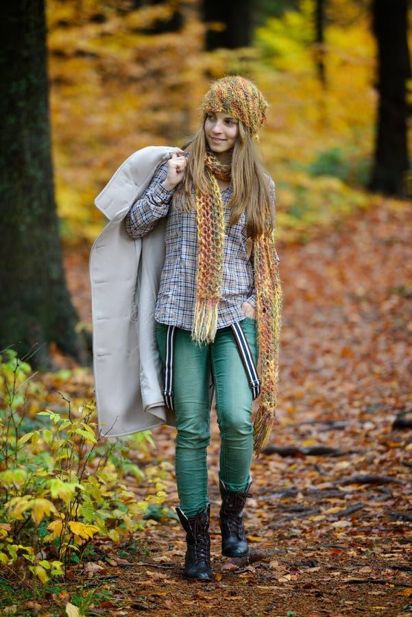 Młoda kobieta portret plenerowy w jesieni zdjęcia stock