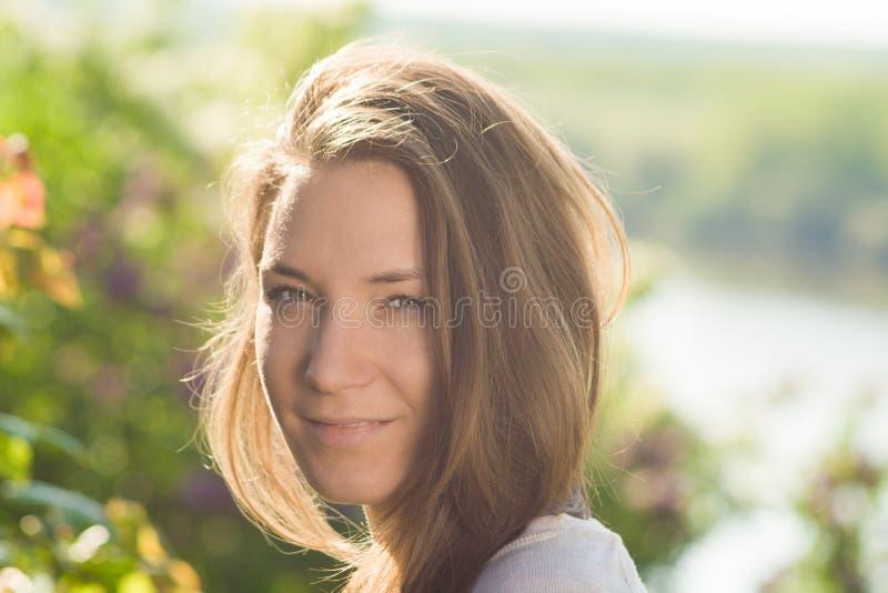 Młoda kobieta portret z piękny włosiany plenerowy ono uśmiecha się obrazy stock