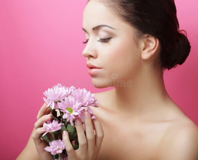 Młoda kobieta portret z różową chryzantemą zdjęcie stock