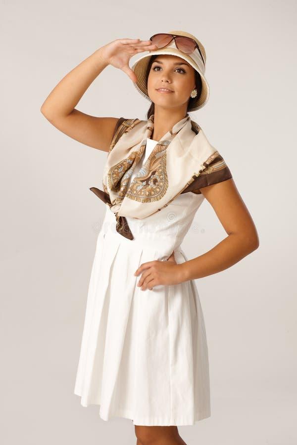 Młoda kobieta pozuje przy latem zdjęcie stock
