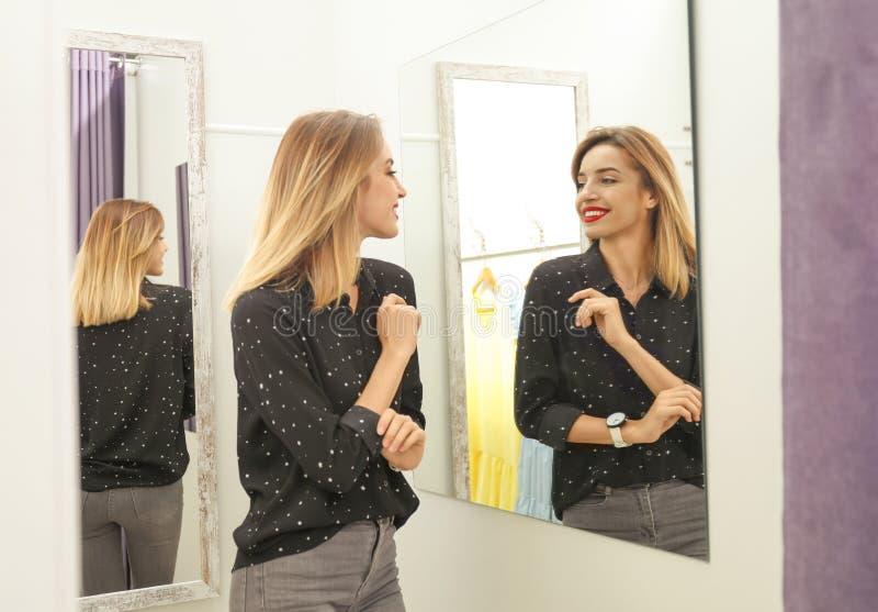 Młoda kobieta próbuje na odziewa w przebieralni obraz royalty free