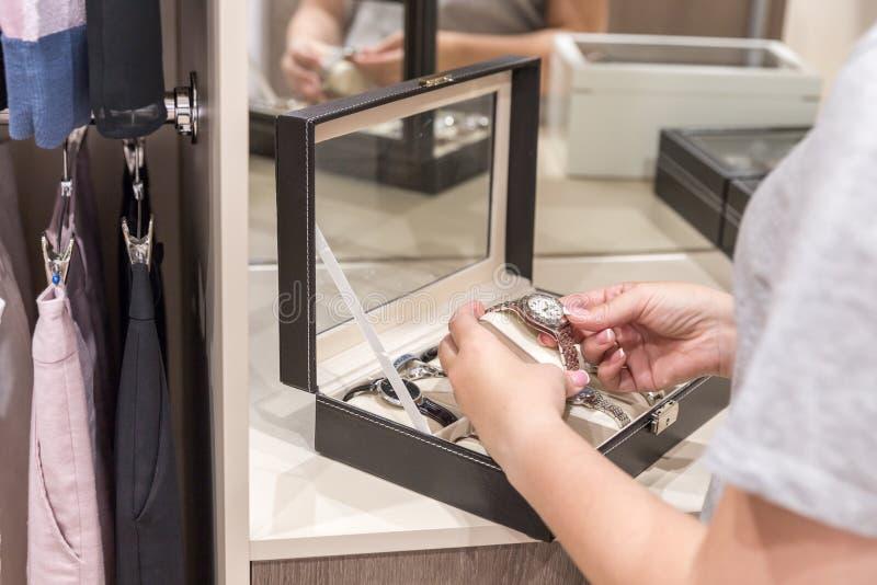Młoda kobieta próbuje wristwatch w garderobie obrazy stock