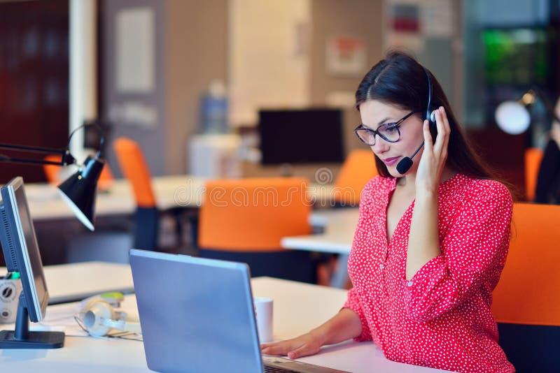 Młoda kobieta pracuje w centrum telefonicznym obraz stock