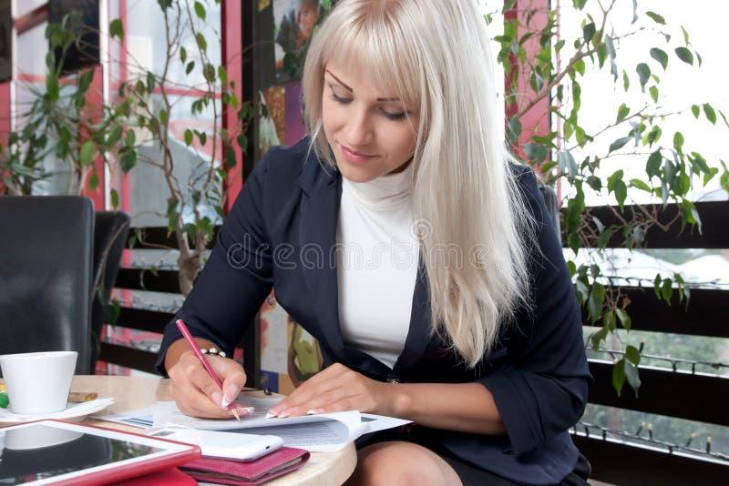 Młoda kobieta pracuje z biznesowymi papierami zdjęcie royalty free