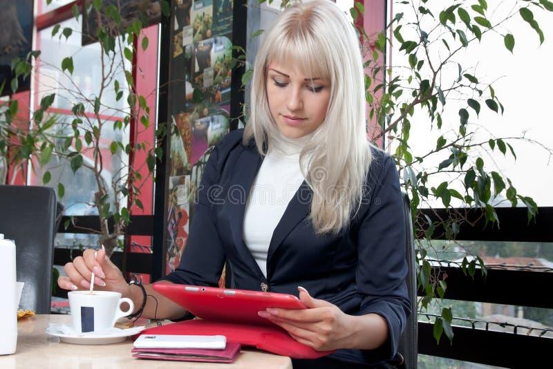 Młoda kobieta pracuje z pastylka komputerem obraz royalty free