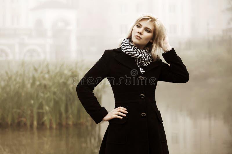 Młoda kobieta przeciw ranku mgłowemu krajobrazowi fotografia royalty free