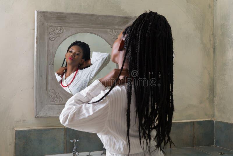 M?oda kobieta przed lustrem zdjęcia stock