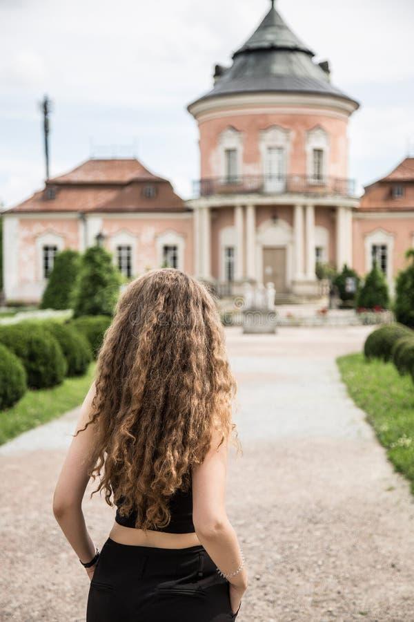 Młoda kobieta przy antycznym kasztelem zdjęcia royalty free